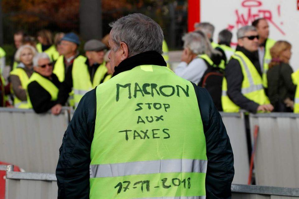 Франција ги забрани протестите на жолтите елеци во Париз и во други градови