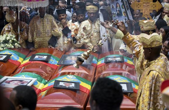 Кога дознале што има во ковчезите решиле празни да ги спуштат- погребани жртвите од авионската несреќа во Етиопија (ФОТО)