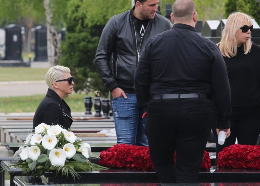 Ќе ве надвладеат емоции: Ќерката на Карлеуша  облечена во црно прв пат дојде на гробот на својата баба на 40 дневниот помен (ФОТО)