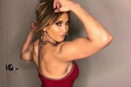 Џенифер Лопез во улога на стриптизерка: Со совршено тело актерката им пркоси на годините (ФОТО)