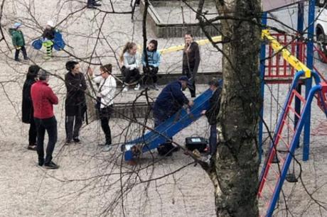 Ужас на игралиште- момче се спуштило низ тобоган, па останало без прст (ФОТО)
