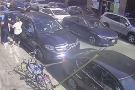 Полицаец изгуби трпение поради гужва во сообраќајот па направи хаос- поради ова може да ја загуби работата (ВИДЕО)