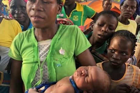 Родила бебе на дрво: Бегајќи од поплава со 2-годишниот син и штотуку родено бебе поминале два дена држејќи се за гранки (ВИДЕО)