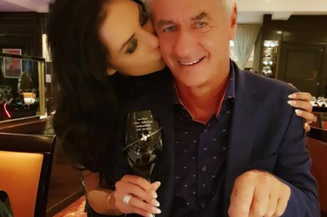 Легендата на Ливерпул ужива во љубовта со жена која може да му биде ќерка (ФОТО)