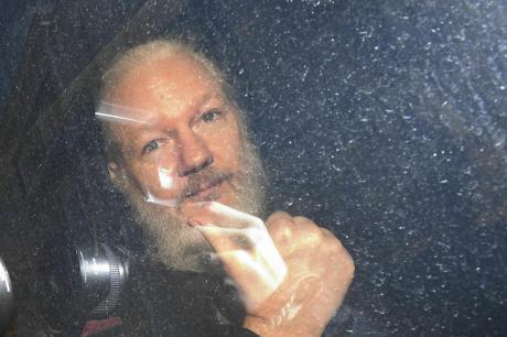 ФОТО: Го доведоа до суд, но тој не се предава- со еден гест го воодушеви светот