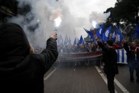 """""""Гори"""" Тирана: Димни бомби и чад- опозицијата бара оставка од Рама (ВИДЕО)"""
