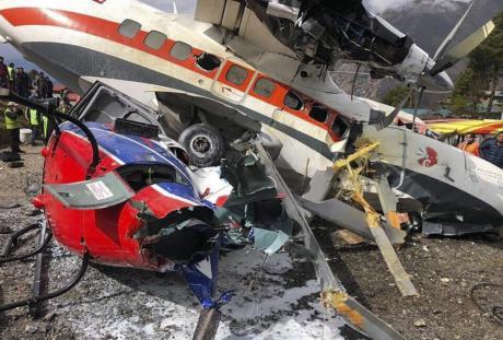 Тешка авионска несреќа: Авион се излизга од писта и удри во хеликоптер- има мртви (ВИДЕО)
