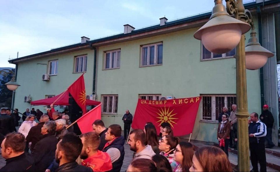 Кој и што шпионира: Од зградата на општина Демир Хисар тајно се снимаат присутните на митингот на ВМРО-ДПМНЕ и новинарите