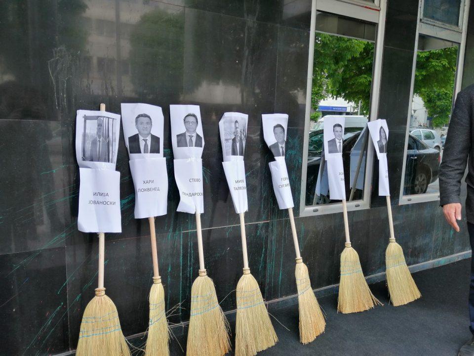 Многу метли пред општина Прилеп: Најголемата за Миле Талески, претседателот на ОО на СДСМ од Прилеп