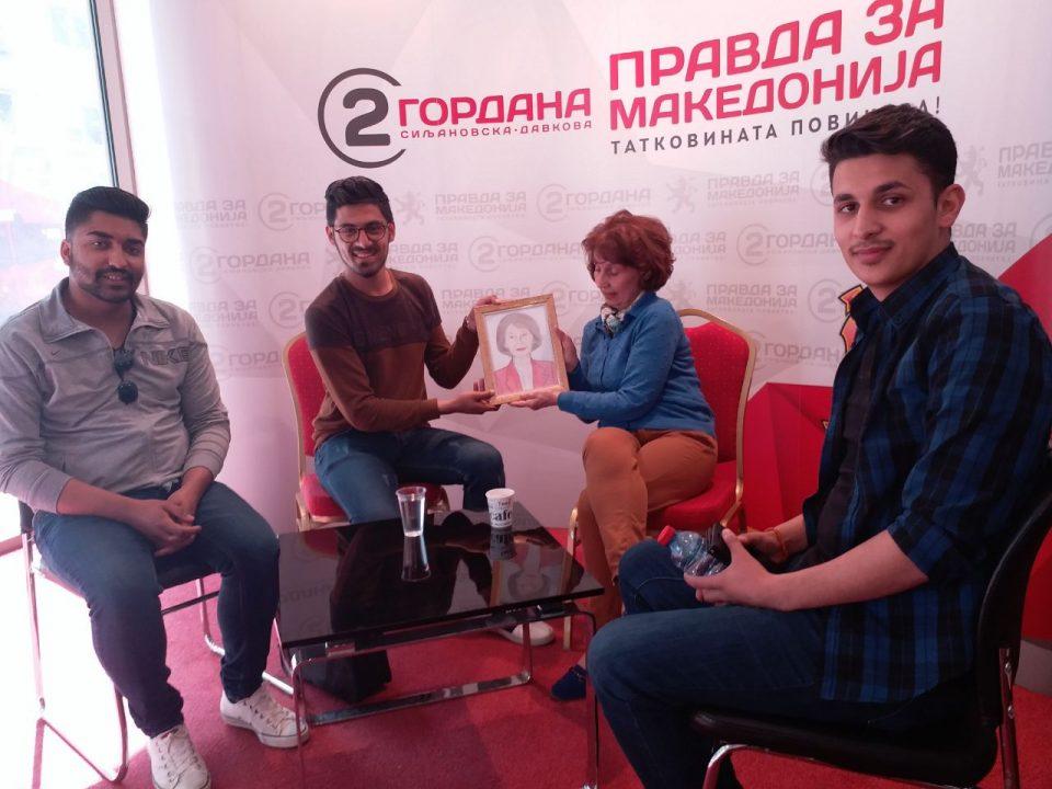 Средба на Силјановска со студенти: Младите се иднината на Македонија, а јас секогаш сум била на нивна страна