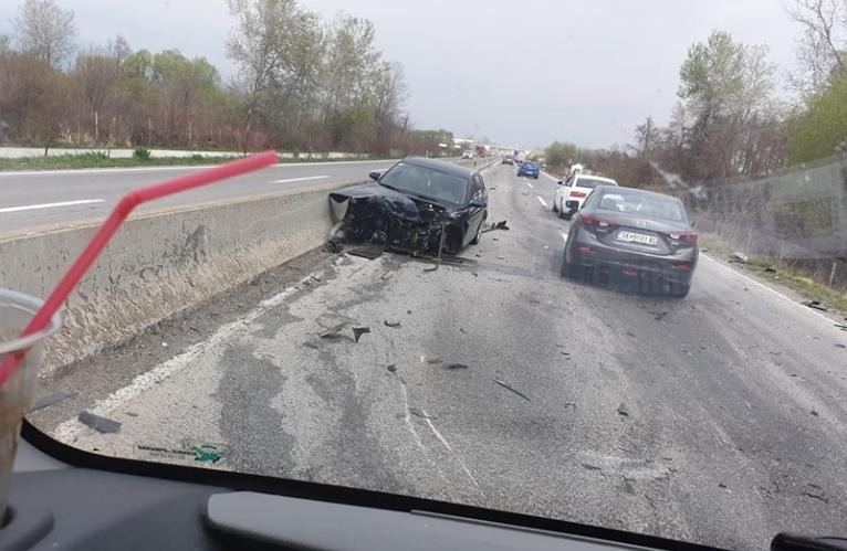 ФОТО: Сообраќајна несреќа на автопатот Гостивар- Тетово, еден автомобил смачкан
