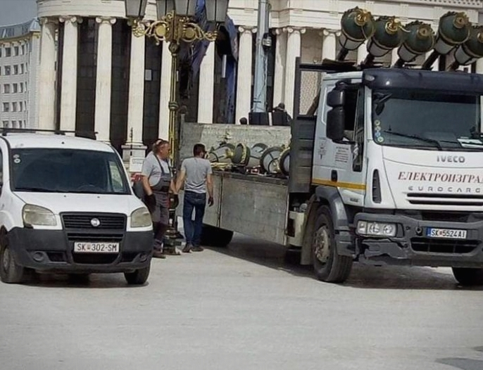 Се демонтираат канделабрите од центарот на Скопје (ФОТО)