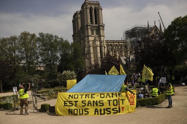 """""""На Нотр Дам му треба покрив, но и нам ни треба покрив"""": Бездомници протестираа пред Богородичната црква"""