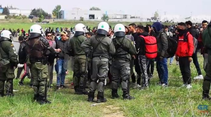 ТЕНЗИЧНО: Нови инциденти меѓу мигрантите кои се обидуваат да влезат во Македонија и полицијата (ВИДЕО)