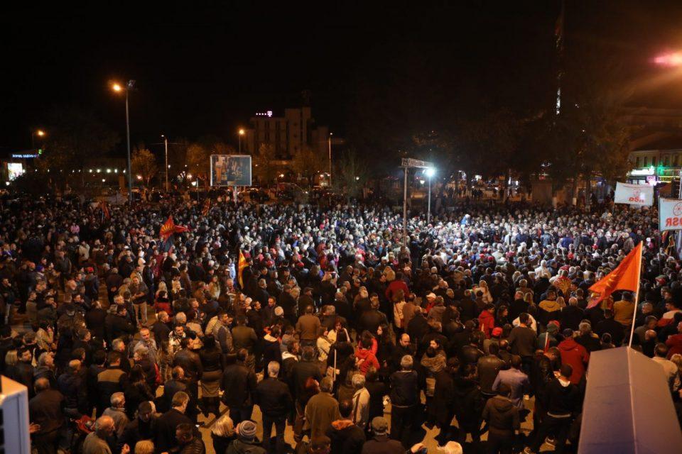 Прилеп на нозе: Еуфорична атмосфера за митингот на ВМРО-ДПМНЕ (ВИДЕО)