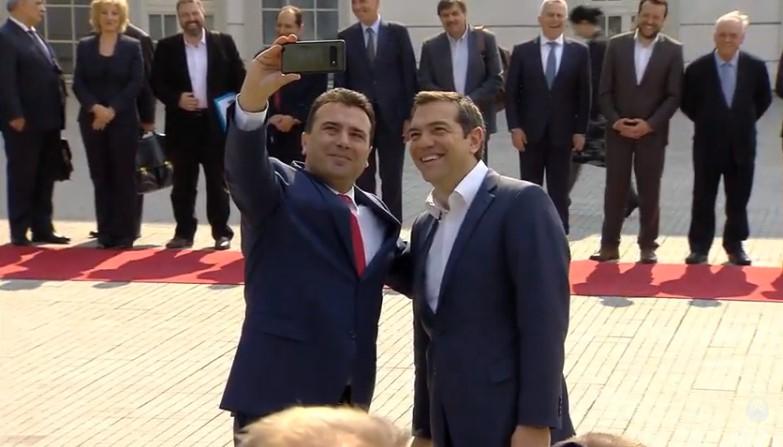 Ципрас дочекан пред Влада, ни трага ни глас од националната химна на Македонија