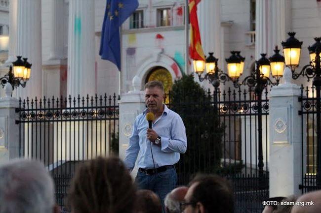 Македонија изгоре, а директорот на ДЗС поставен од Заев, тера кампања