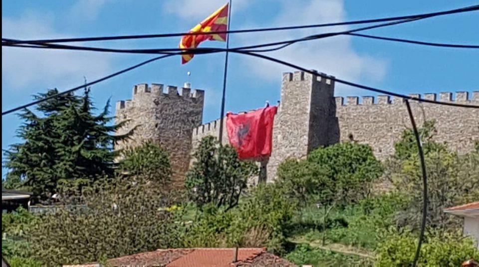 ФОТО: Големо албанско знаме на Самоиловата твдрина во Охрид