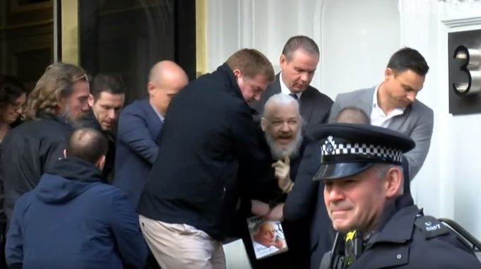 ВИДЕО: Џулијан Асанж уапсен во Лондон