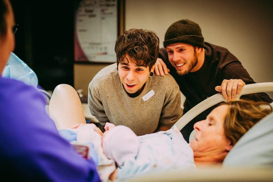 Баба му родила ќерка на својот внук (ФОТО)