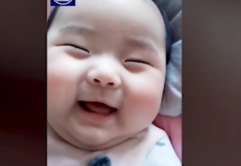 """Ова бебе го викаат""""Мишелин"""": На шестмесечна возраст има 12 килограми (ВИДЕО)"""