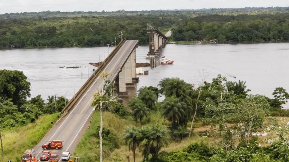 Во Бразил траект урна мост: Во паника се трага по настрадани