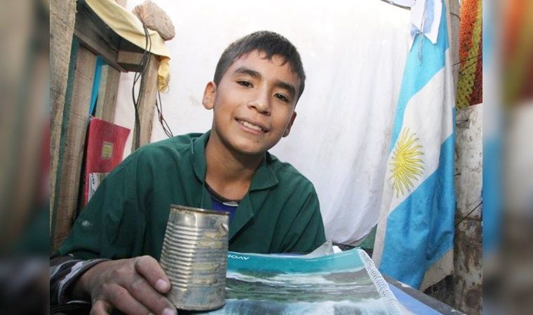 Момче основало училиште за сиромашни деца до неговиот дом (ВИДЕО)