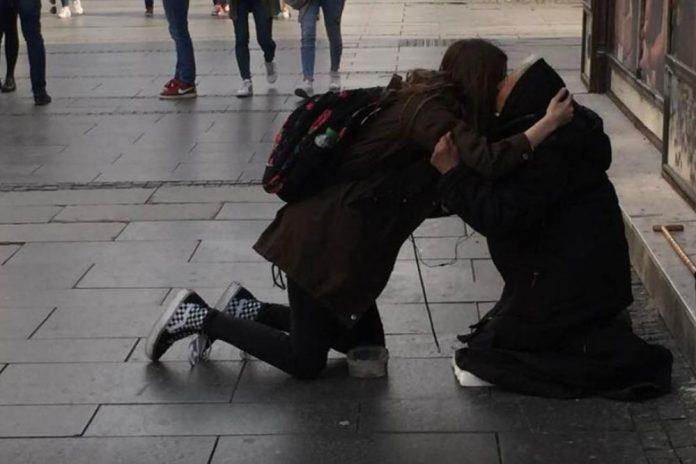Глетка која ги потресе белграѓани: Девојче клекнува пред баба која проси, а потоа силно ја прегрнува (ФОТО)