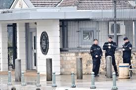 Мигранти се обиделе да упаднат во амбасадата на САД во Подгорица