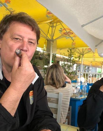 ФОТО: Драган Вучиќ ужива во Грција – покрај јагне на ражен испрати честитка за Велигден и пушеше пура!