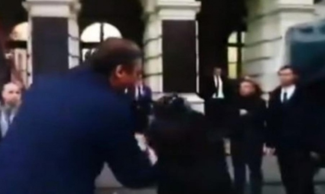 Оливер Мандиќ му ја бакна раката на српскиот претседател Вучиќ (ВИДЕО)