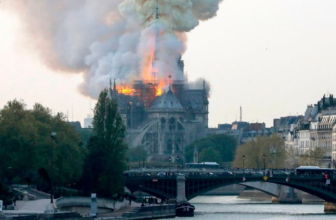 """ВИДЕО: Пожар во познатата катедрала """"Нотр Дам"""""""
