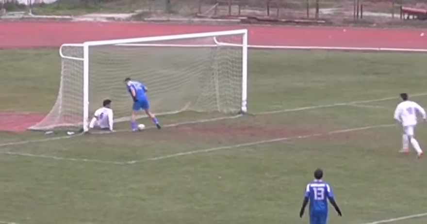 Фантастични промашувања: Кога топката не сака да ја мине гол линијата (ВИДЕО)