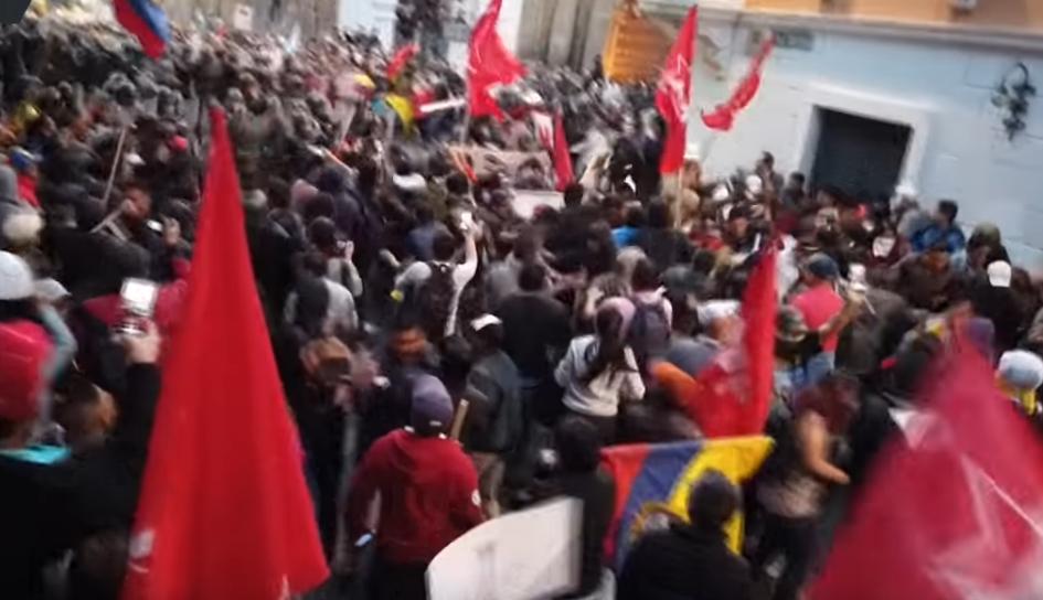 Полицијата удри по демонстрантите: Луѓето кои излегоа во одбрана на Асанж завршија претепани (ВИДЕО)
