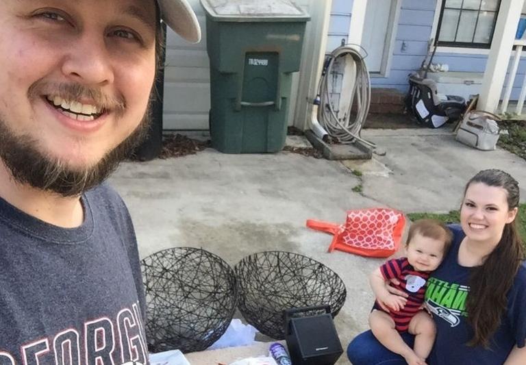 Светот ги осуди овие родители: Бебето го хранат со остатоци најдени во контејнери, ова е нивното оправдание