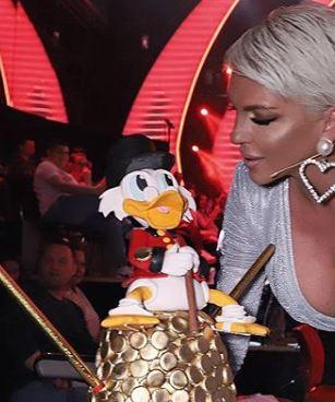 Карлеуша ја донесе тортата, а откако се наведна градите и излегоа на мегдан- Жирито на Гранд предвреме го остари Саша (ФОТО)