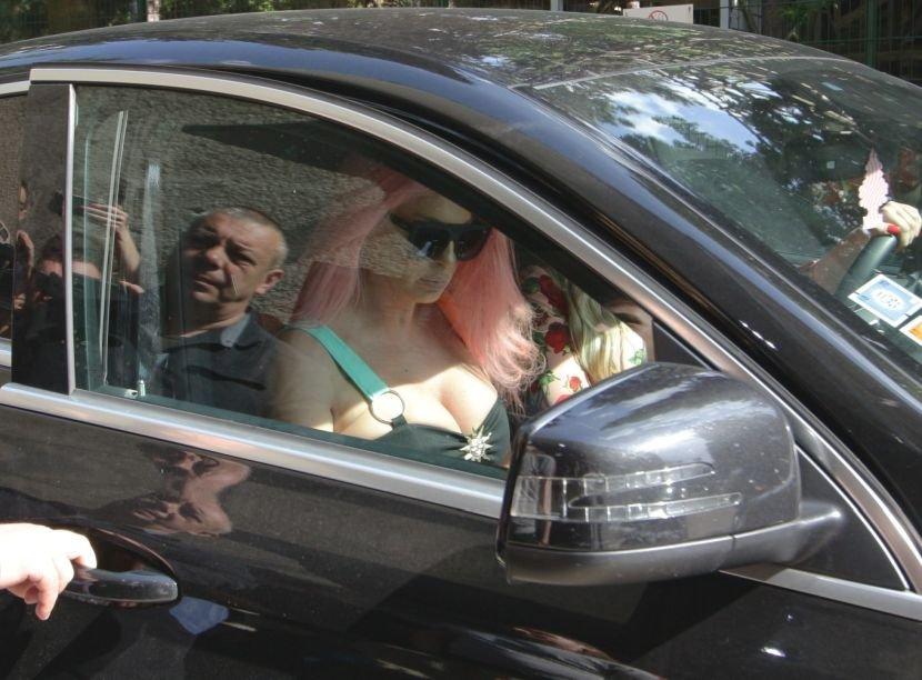 """Се врати старата Јелена: Ги стисна градите во безобразен фустан и се појави со долга розова коса на снимањето на """"Ѕвездите на гранд"""" (ФОТО)"""