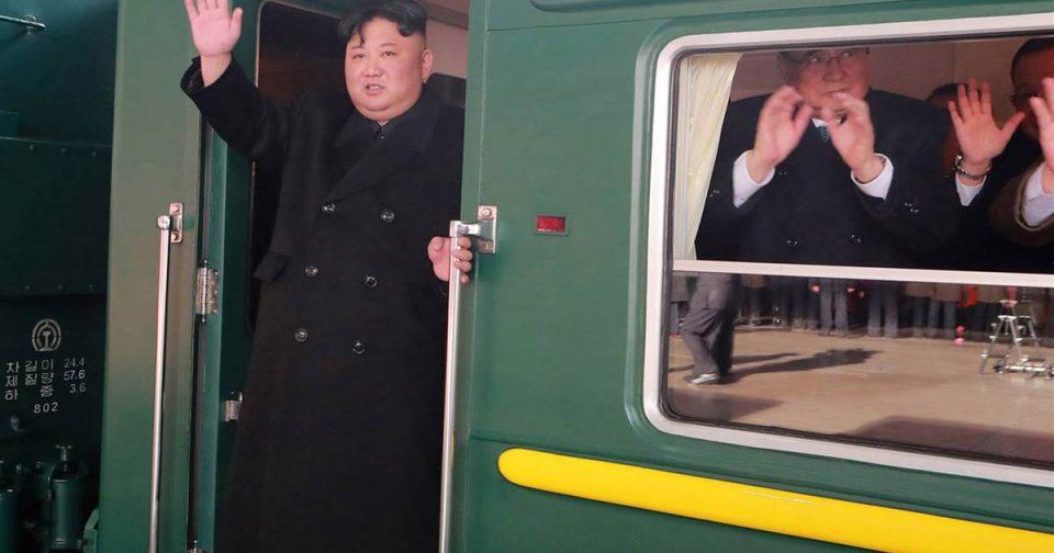 Што содржи оклопниот воз по кого трчаа телохранителите на Ким Џонг Ун и го бришеа од прашина? (ВИДЕО)