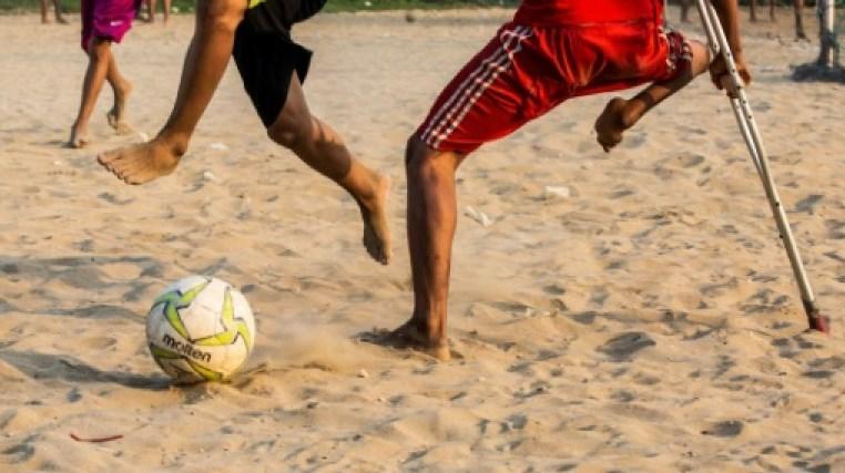 Ова дете е цар: Нема една нога, но одлично игра фудбал