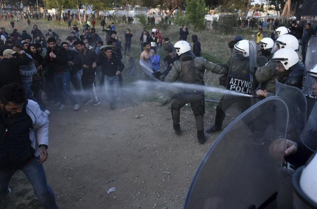 Драма во Грција: Стотици мигранти од кампот во Солун се обидуваат да влезат во Македонија (ВИДЕО)