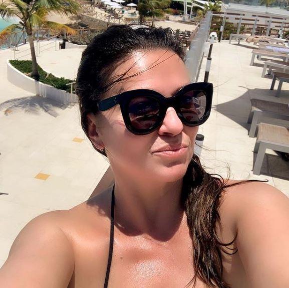 Балканската пејачка има вишок на килограми, но не се срами од нив- за нејзината храброст да се соблече во бикини и завидуваат сите (ФОТО)