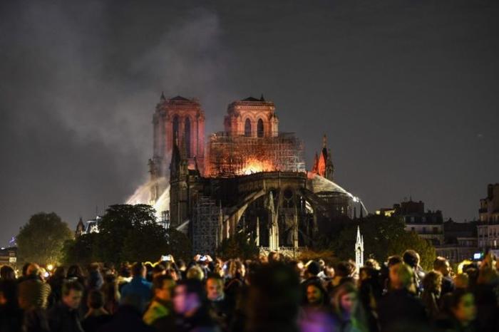 Молитва по тажните случувања: Стотици луѓе се собраа пред катедралата Нотр Дам