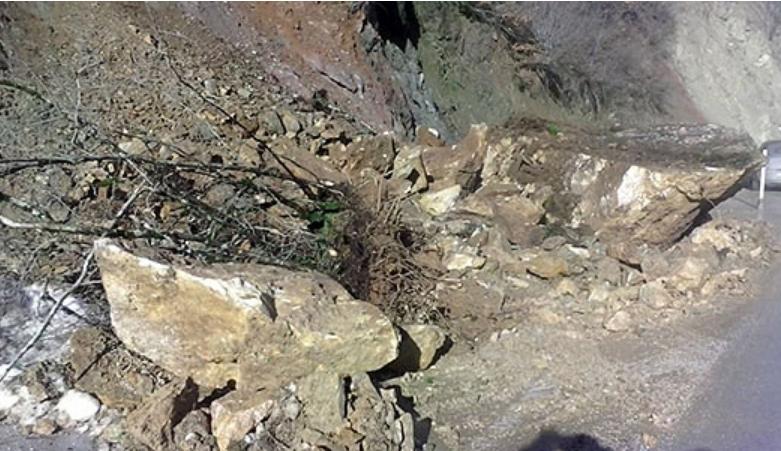 Внимавајте: Голема карпа од одрони стои испречена на патниот правец од Македонска Каменица кон Кочани
