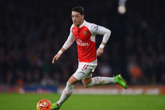 Агентот на Озил: Останува во Арсенал барем до 2021 година