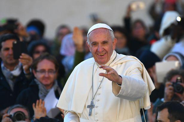 Папата Франциск: Ја губите слободата кога станувате роб на вашиот мобилен