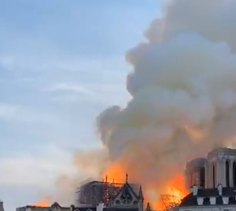 СЛЕДЕТЕ ВО ЖИВО: Се урна симболот на француската престолнина која го зафати пожар- катедралата Нотр Дам пеплоса! (ВИДЕО)