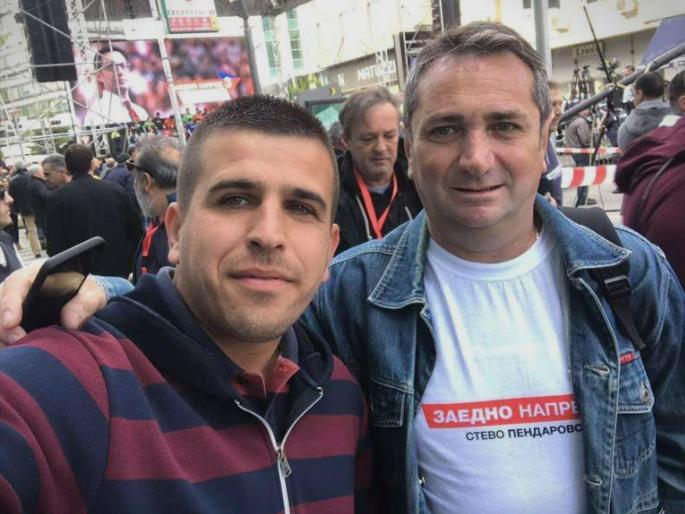 Лидер: (ФОТО) Со маица од Пендаровски, на работно место во администрација