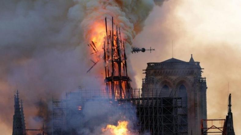 Светост и историја се рушат во ужасен пожар: Целосно се урна покривот на Нотр Дам (ВИДЕО)