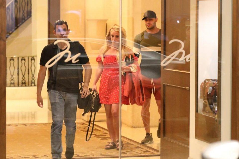 ФОТО: Бритни Спирс излезе од психијатрија- никогаш полошо не изгледала