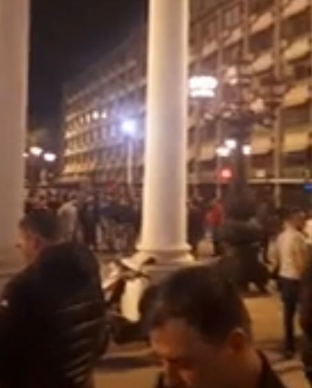 ВИДЕО: Славје пред седиштето на ВМРО-ДПМНЕ, голем број на граѓани ја слават победата